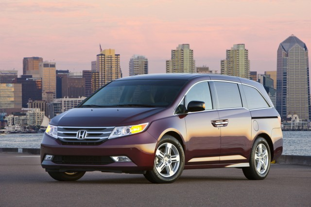 2013 Honda Odyssey Review, Photos & Price